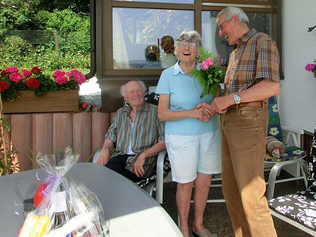 Das Geburtstagskind Gertrud zusammen mit Ehrenmitglied Eberhard Grieb und dem Vorsitzenden.