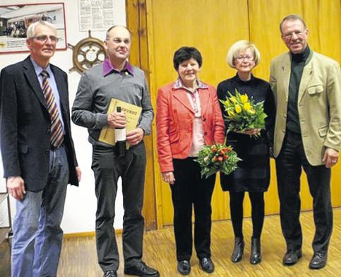 Für 40-jährige Mitgliedschaft im Reit- und Fahrverein Gerstetten wurden geehrt (von rechts): Dr. Hans-Marten Gries. Elisabeth Frech, Annemarie Walliser, und für 25-jährige Zugehörigkeit Werner Schmid und der Vorsitzende Günter Deichsel. Nicht auf dem Bild Dieter Grüner, der vor 40 Jahren dem Verein beigetreten war.