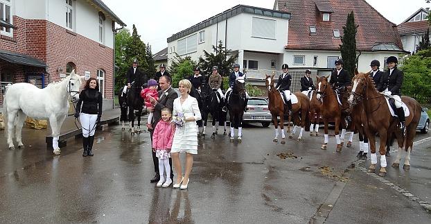 Das Hochzeitspaar mit Leni und Lia umringt von Winzi und den Reitern mit 5 Rappen und 5 Füchsen