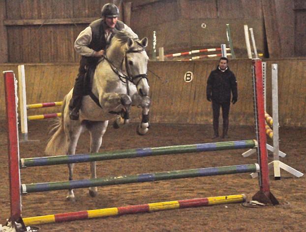 Das Foto zeigt Dirk Thaler auf seinem  Cosmos und den Trainer Andy Cantin. Dirk hatte noch sein Erlebnis, da er sein Pferd noch nie beim Springen gesehen hat, da ja immer er selbst reitet bat er den Trainer im Sattel von Cosmos Platz zu nehmen. Nach einigen Probesprüngen wanderten die Hindernisstangen schnell auf S-Niveau (Schwere Klasse) und Dirk war zufieden.